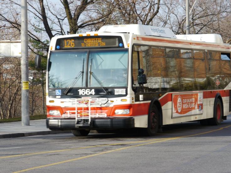 Je ne crois pas avoir vu un bus fonctionnant au gaz, et ne pensez même pas à l'électricité! Reste qu'un système permet d'abaisser le bus, facilitant ainsi la montée pour les personnes diminuées.