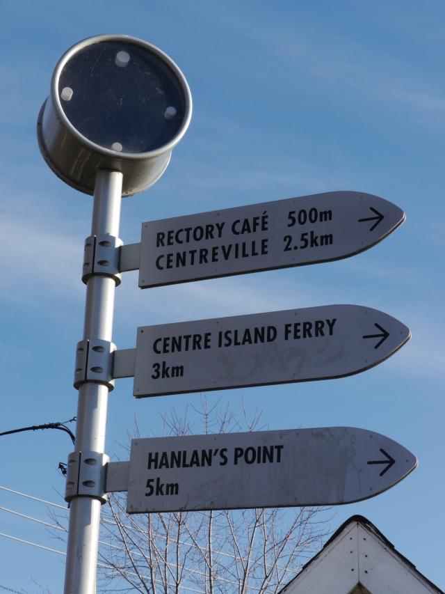 A peine débarqué, des panneaux indiquent les quelques directions possibles. L'île principale est grande!