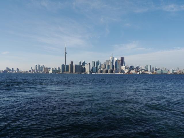Le pied à nouveau sur la terre ferme, on se retourne et on admire la 1ère vue qu'on a sur le centre ville de Toronto.