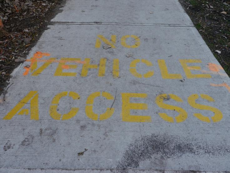 Quelques pas plus loin, de grosses lettres jaunes marquées au sol rappellent que les voitures sont interdites sur les îles.