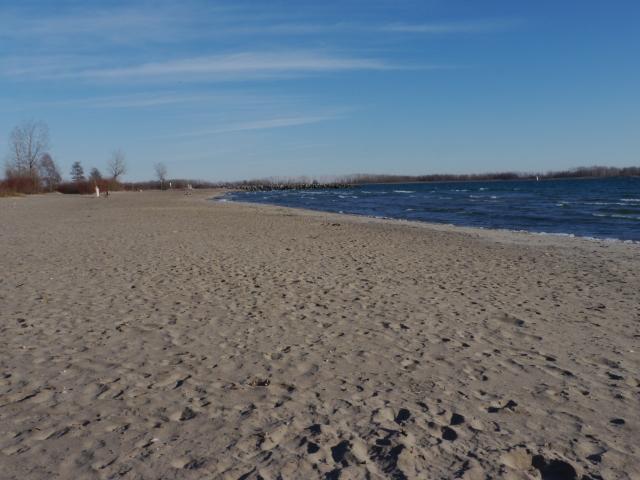 """Et détrompez-vous, ce n'est pas une """"petite plage privée"""" qu'on les insulaires, mais bien une plage immense! Et encore, vous ne voyez qu'un côté là!"""
