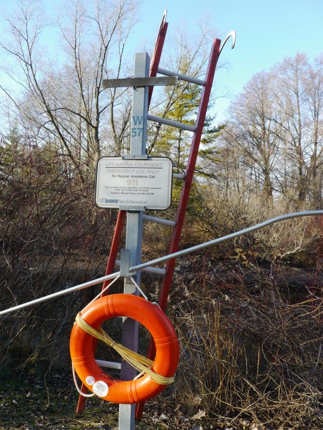 Les ustensiles de secours sont adaptés à la géographie du coin: une bouée de sauvetage et une échelle, ça doit être suffisant pour aller repêcher les gens qui tombent dans les canaux!