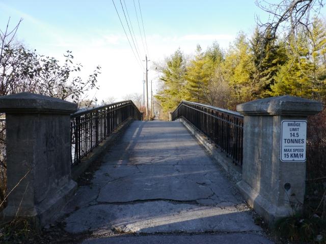 Des petits ponts permettent de passer d'une île à l'autre.