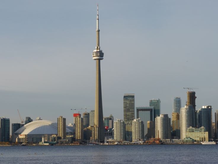 La CN Tower, elle, se dresse tel un phare qui guide les voyageurs vers Toronto.