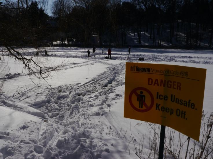 Des enfants ont dégagé la neige sur la rivière gelée pour se faire une piste de patinage et jouer au hockey.
