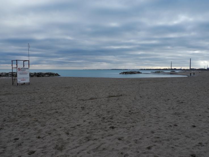 Du vrai sable, de l'eau, des perchoirs pour les sauveteurs... Pas de doute, ceci est bien une plage!