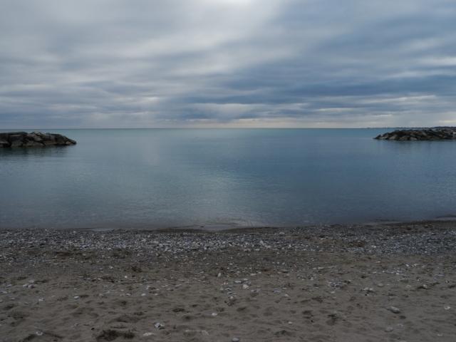 Aucune vaguelette ne troublait la tranquillité du lac Ontario.