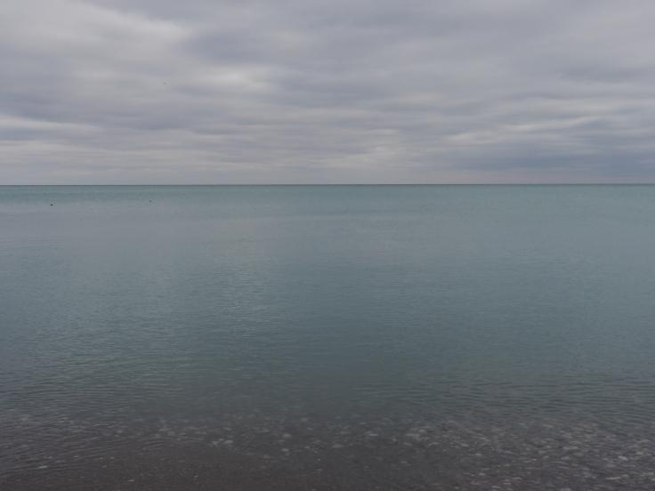 L'eau du lac est relativement limpide.