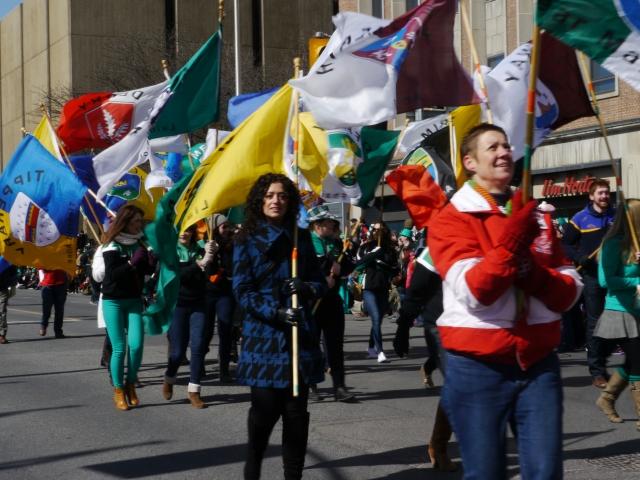 Les drapeaux, élément toujours important dans les parades canadiennes / Flags, which are always important in Canadian's parades