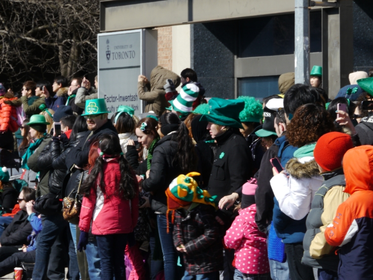 Les chapeaux verts fleurissent un peu partout dans la foule / Green hats popping up everywhere among the crowd