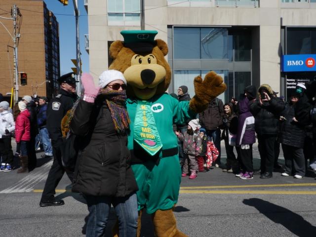 On pouvait aussi se faire prendre en photo avec un nounours vert. Mais je sais pas son nom. / We could also be taken in pictures with a green teddy bear. But I don't know its name.