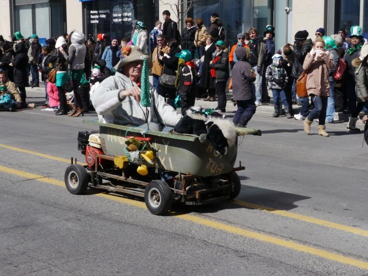 Nouveau moyen de déplacement à Toronto: la baignoire à moteur / New means of transportation in Toronto, bathtub with motor