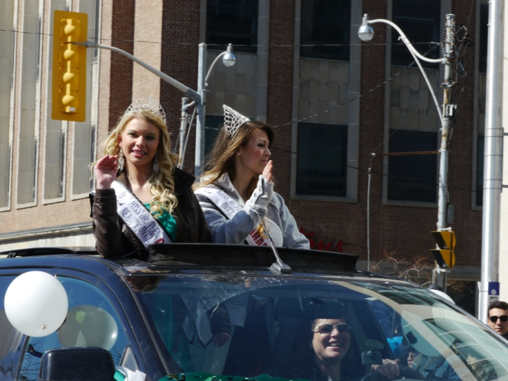 Les miss défilent! Miss are in the parade!