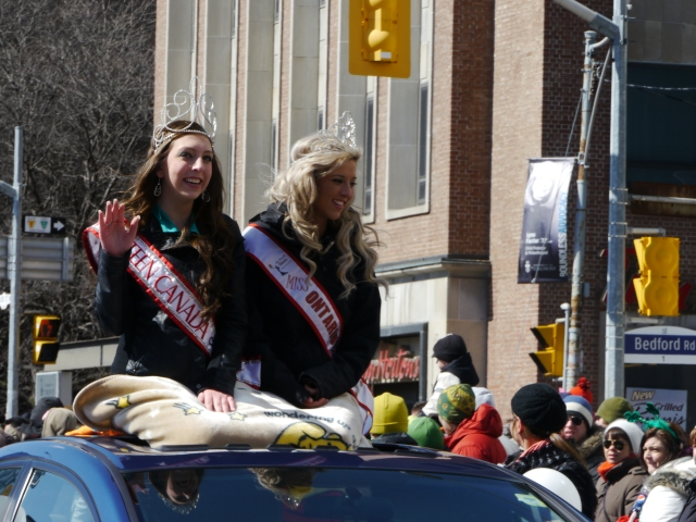 Les miss défilent! / Miss are in the parade!