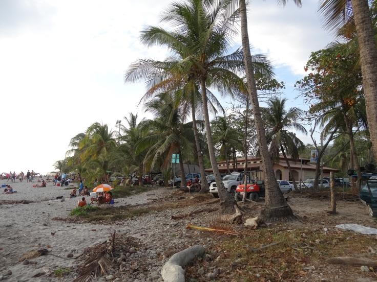 Habitués à la plage, les gens garent leurs voitures vraiment à côté de celle-ci. Il n'existe pas de parking désignés et, s'ils le pouvaient, ils mettraient probablement leur 4X4 sur le sable. Bref, ça gâche un peu le côté nature.