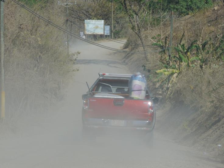 Il faut rester à bonne distance des voitures car la poussière gène très souvent la visibilité.
