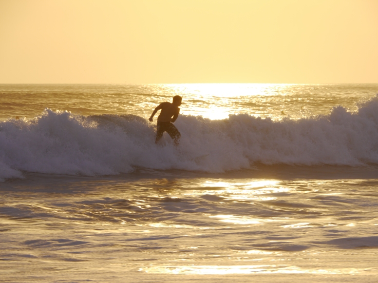 Surfer dans un soleil couchant, j'en connais plus d'un qui rêve de ça