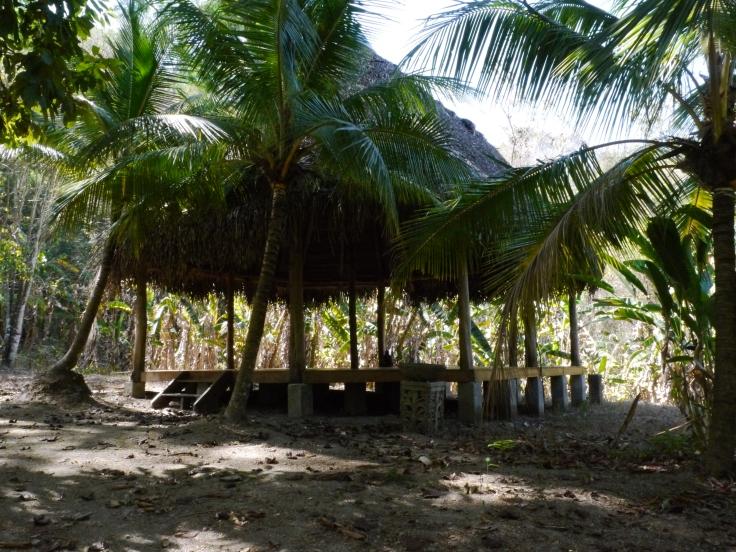 """Au départ du chemin, une petite """"hutte"""" est aménagée pour les soirées d'été"""