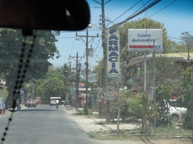 Les villages de campagne au Costa Rica se constituent souvent d'une route (ou d'une piste) avec les services alignés les uns à la suite des autres sur quelques mètres.