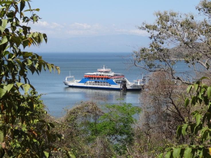 """De loin, le ferry a l'air ridiculement petit. Ça ne fait qu'augmenter le stress et l'agacement de Véronique qui estime qu'on peut y mettre """"25 à 50 véhicules""""."""