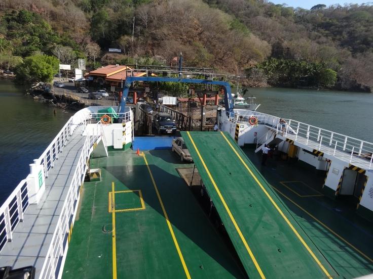 """Le ferry pouvait contenir bien plus que """"25 à 50"""" véhicules, comme l'estimait Véronique. Entre la cale et le pont, le bateau transporte facilement une centaine de voitures à chaque traversée."""