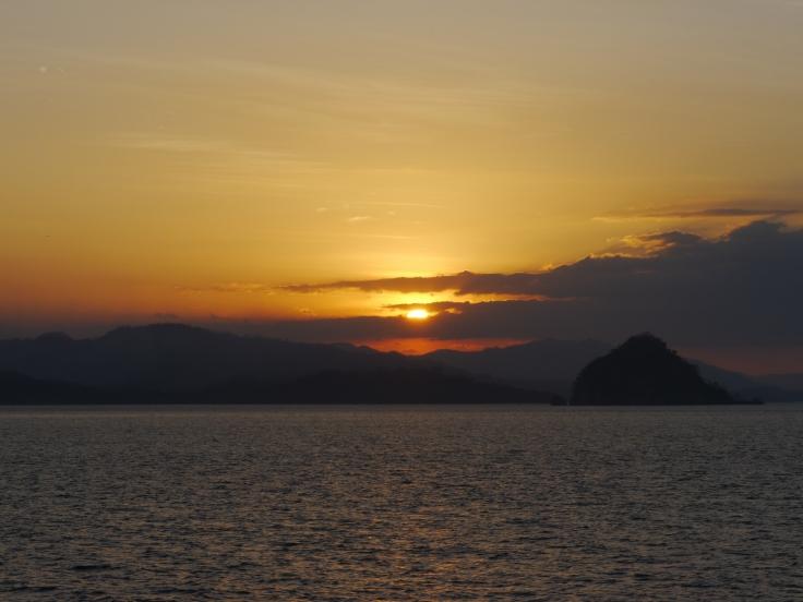 On a passé notre journée à attendre, mais au final on a pu admirer nos derniers couchers de soleil depuis le ferry!