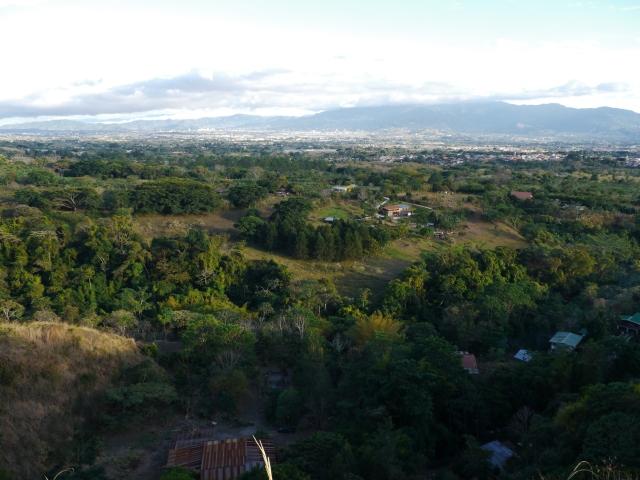 Lors de notre montée au parc, au détour d'un virage, une vue inimitable nous permet de voir toute la plaine avec Alajuela et San José, notamment