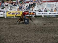 Diriger son cheval à toute vitesse... / Leading her horse at full speed...