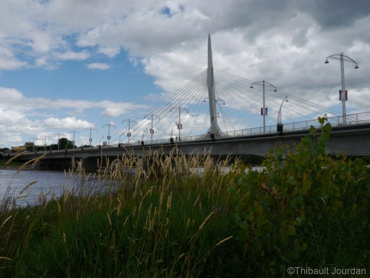 Le pont Provencher fait le lien entre anglophones et francophones / The Provencher brige is the link between francophones and anglophones