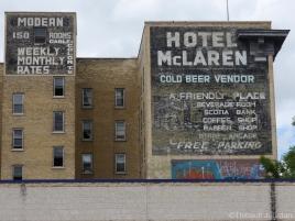 De vieilles publicités restent sur les façades des immeubles / Old commercials are still visible on buildings