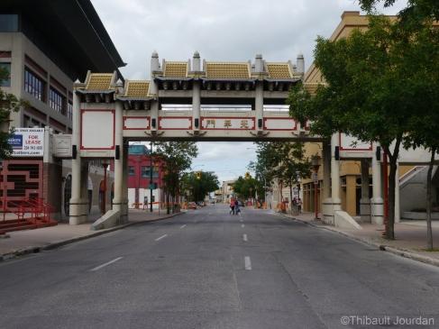 Le quartier chinois est tout petit et marqué par des portes / The Chinatown is very small