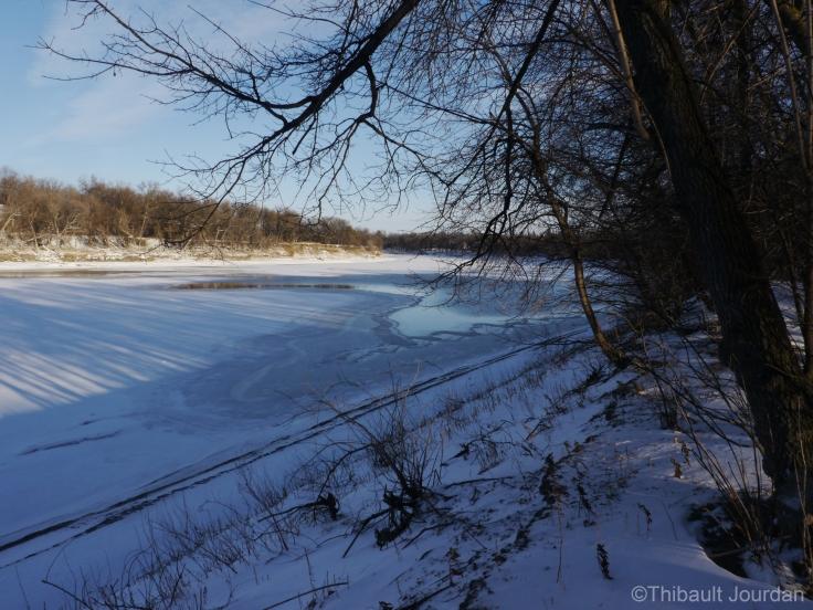 La rivière n'est pas encore complètement gelée, mais dans quelques semaines on pourra patiner allègrement dessus!