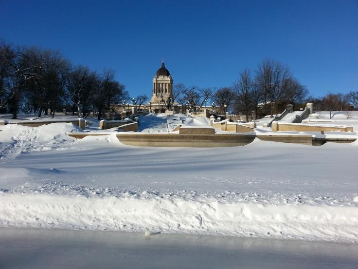 La vue par derrière du Parlement, depuis le sentier de glace / Behind the Legislature building, from the ice trail