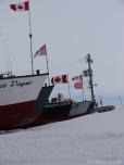 Les bâteaux sont mis à l'abri de la glace du lac, mais pas de la neige / Boats are taken away from the frozen lake, but they're not protected from snow