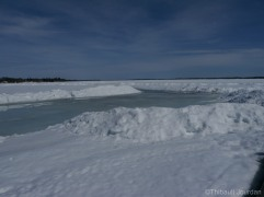 A divers endroit, le lac commence à fondre / Here and there, the Lake has started to melt.