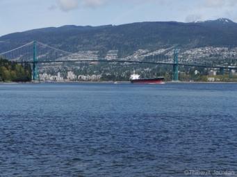 Le pont reliant Vancouver à North Vancouver est assez haut pour laisser passer les énormes navires de commerce