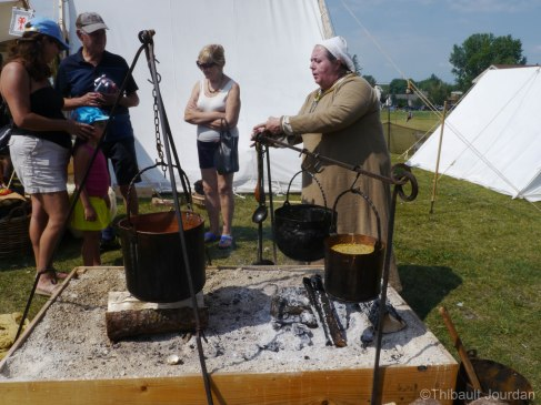 La nourriture des participants était cuisinée comme au temps des Vikings / Food was cooked like the Vikings cooked