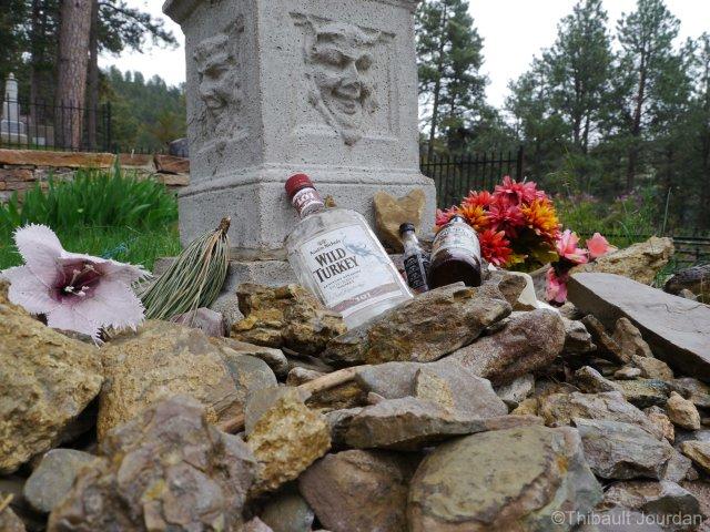 L'alcool trône sur la tombe de Calamity Jane