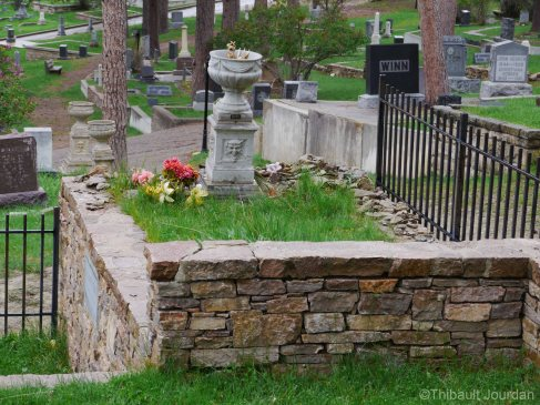 La tombe de Calamity Jane n'est pas aussi splendide que celle de Wild Bill Hicock / Calamity Jane's grave is not as fancy as Wild Bill Hicock's one