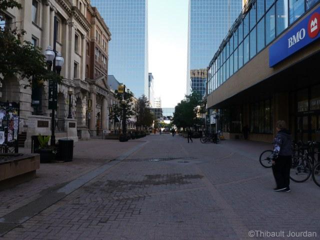 La rue était peu animée lorsque j'y suis allé. C'était un dimanche soir / The pedestrian street was not busy when I went there, a Sunday night.