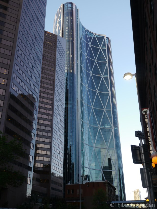 The Bow est l'une des icônes de Calgary. / The bow is one of the most well-known of Calgary's skyscrapers.