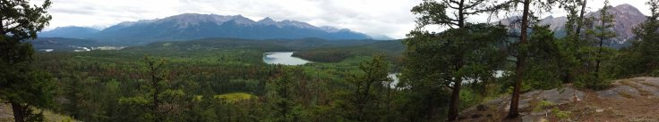 Au sommet du plateau rocheux, on domine le lac d'un côté, et la vallée de l'autre.