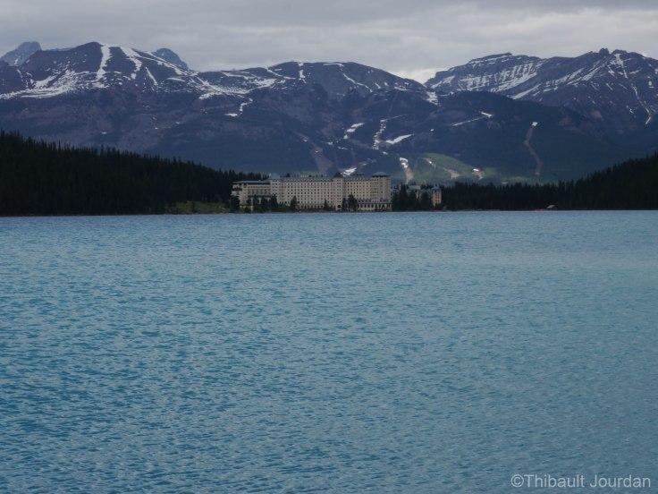 Sur le bord du lac se trouve l'hôtel Château Fairmont Lake Louise.