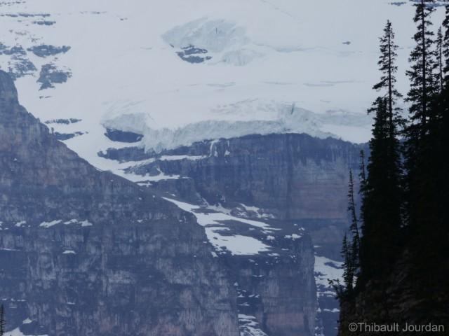 Au-dessus du lac se trouve plusieurs glaciers qui l'alimentent.
