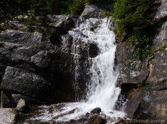 Une cascade, située plus haut, alimente Mirror Lake.