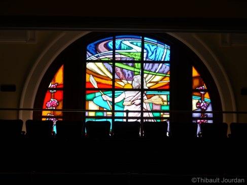 De chaque côté de la chambre du parlement se trouvent des vitraux.