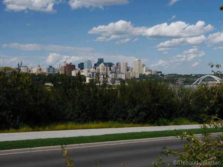 Du côté de Whyte Avenue, on aperçoit au fond le centre-ville d'Edmonton.