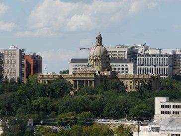 Le Palais législatif, vu de l'autre côté de la rivière North Saskatchewan