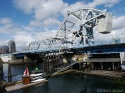 Ce pont se lève lorsqu'un bateau passe / This bridge can be lifted if needed