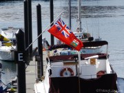 On retrouve le drapeau manitobain au port de Victoria / Manitoban flag fluttering in the wind in Victoria's port